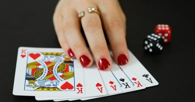Find the difference between online Blackjack and Baccarat